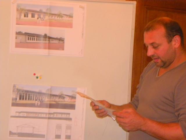 Brio2010FC1 L'adjoint Vincent Delorme donne toutes les explications sur les futurs travaux à l'école_1_1