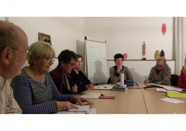 lauren-strang-au-centre-reunit-francais-et-anglais-autour-de-la-table-photo-fabienne-croze-1483560257_1