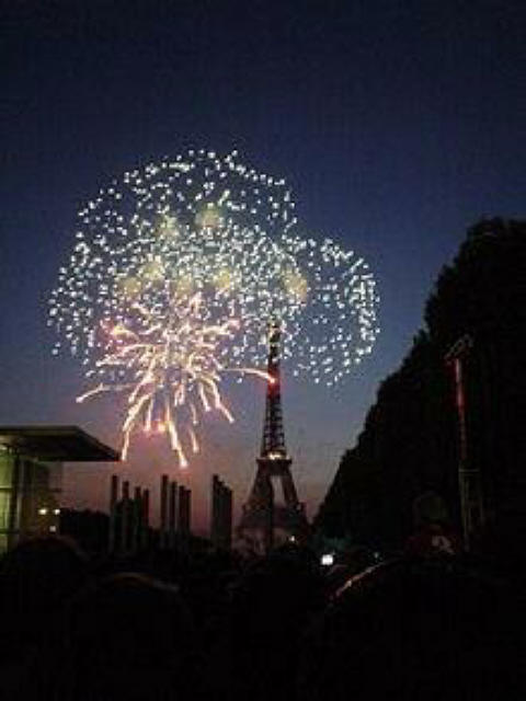 220px-14_July_fireworks_in_Paris_1