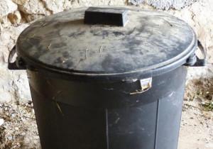 ces-enormes-poubelles-noires-ne-sont-pas-aux-normes-photo-f-c-1510774531_1