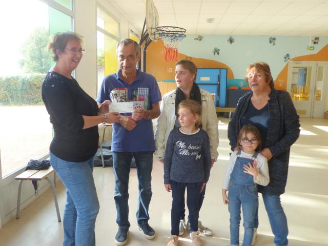 Brio1110FC5 La directrice reçoit le chèque des mains du président de comité des fêtes_1