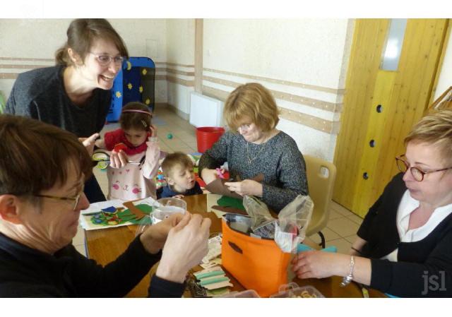 les-cinq-assistantes-maternelles-realisent-des-objets-ludiques-et-pedadogiques-selon-la-methode-montessori-photo-fabienne-croze-1553882490_1