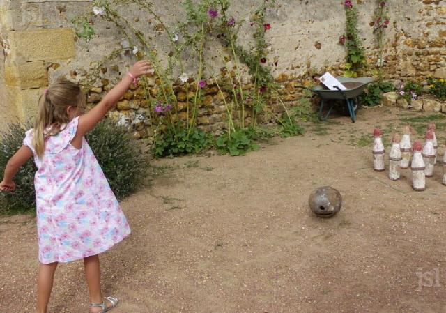 pas-facile-pour-une-petite-fille-de-lancer-une-boule-en-bois-de-3-kilos-photo-jsl-fabienne-croze-pas-facile-pour-une-petite-fille-de-lancer-une-boule-en-bois-_1
