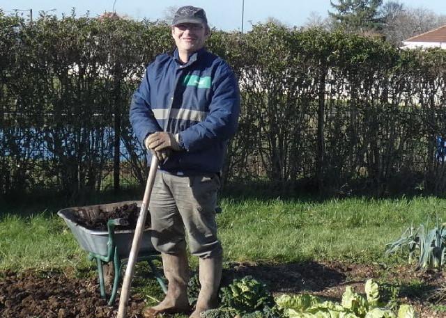 christian-therry-s-adonne-a-sa-passion-dans-le-jardin-partage-photo-jsl-fabienne-croze-1581791232_1